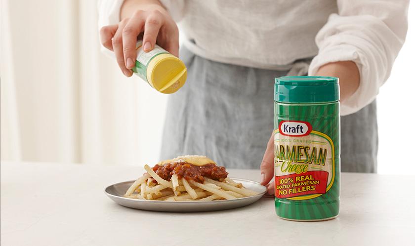 감자튀김 위에 3과 치즈딥을 올린 후 파마산 치즈, 파슬리가루, 후춧가루를 뿌린다.