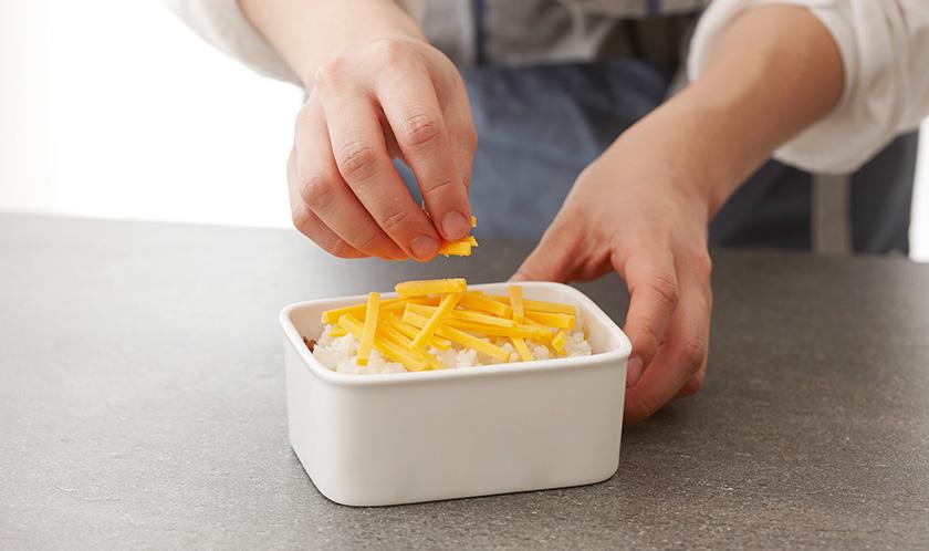 오븐용기에 1을 담고 2를 올리고 채 썬 체다치즈를 듬뿍 올린다.