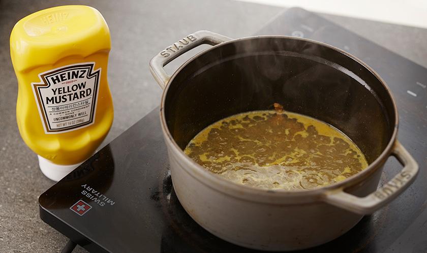 다른 냄비에 허브믹스 1큰술과 분량의 소스 재료를 넣고 끓인다.