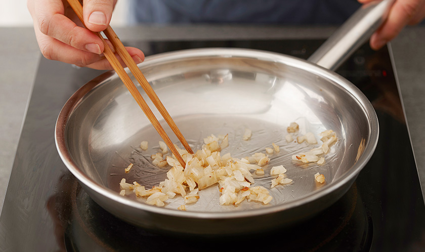 3에 생크림과 우유를 넣고 한소끔 끓인 후 페투치니를 넣는다.
