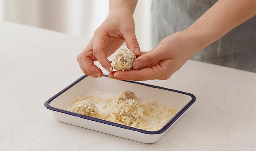 4cm 직경으로 동그랗게 빚어, 밀가루, 달걀물, 빵가루 순서로 튀김옷을 입힌다.