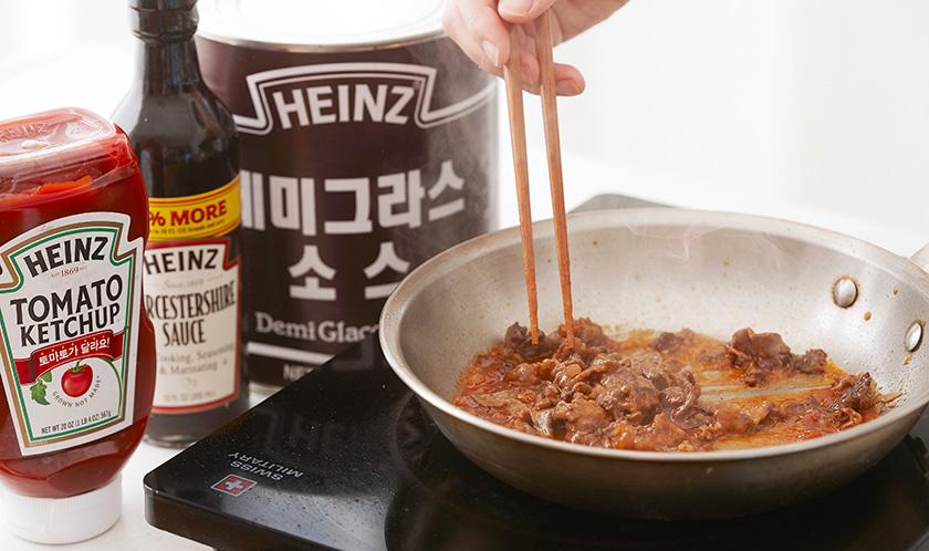 식용유를 두른 팬에 소금과 후춧가루로 간을 하여 소고기를 볶다, 분량의 소스를 넣어 조린다.