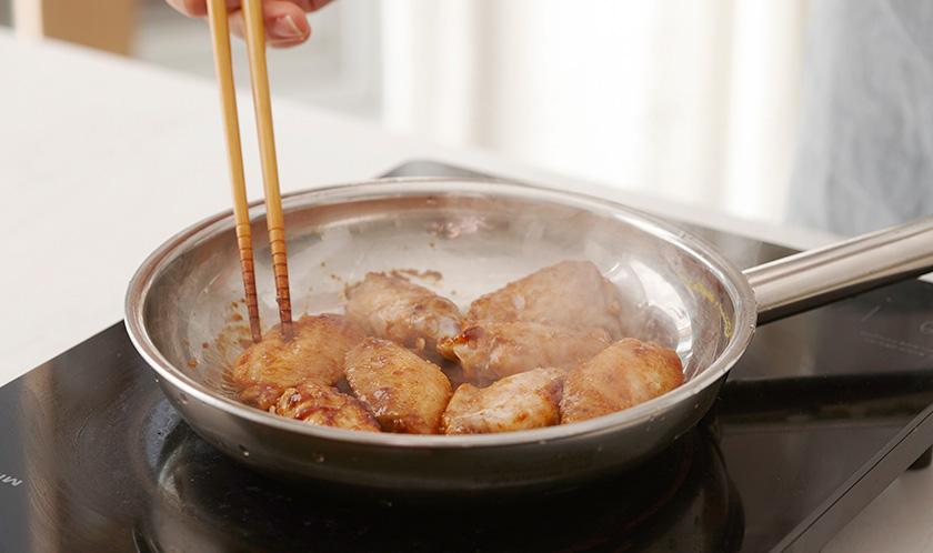 분량의 양념 재료를 닭날개를 구웠던 2의 팬에 넣고 한소끔 끓인 후 3을 넣어 가볍게 조린다.