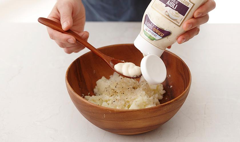 감자는 삶아 으깬 후, 볶은 양파, 아이올리, 소금, 후춧가루를 넣어 버무린다.
