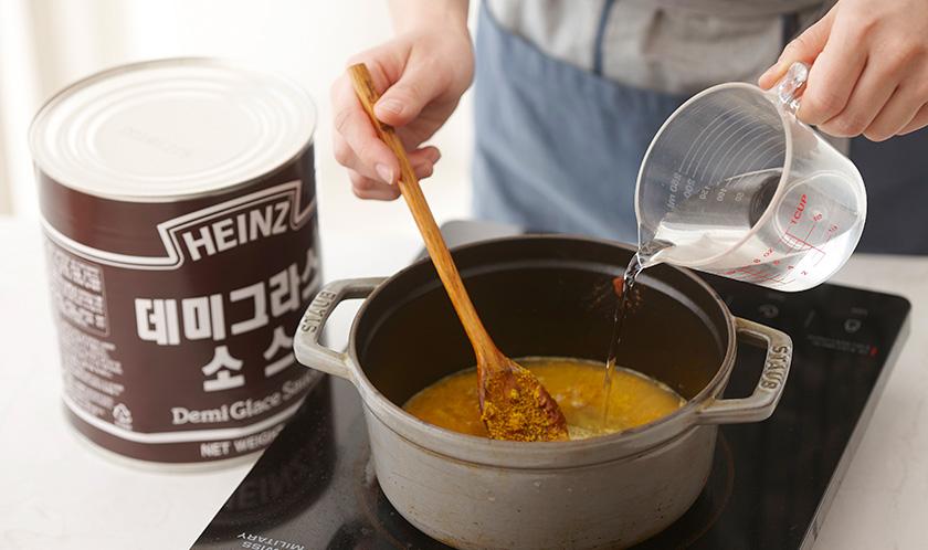 2에 분량의 소스 재료를 넣고 걸쭉하게 끓인다.