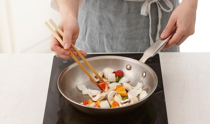 올리브오일을 두른 달군 팬에 마늘을 볶아 향을 낸 후, 양파, 청피망, 파프리카, 양송이버섯을 넣어 살짝 볶아 그릇에 덜어낸다.