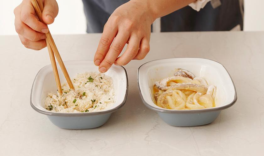 오징어를 밀가루, 달걀물, 2 순서로 튀김옷을 입힌다.