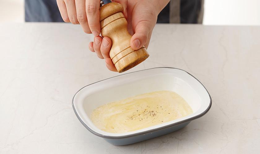 볼에 달걀과 생크림을 거품기로 곱게 푼 후, 소금, 후춧가루로 간을 한다.