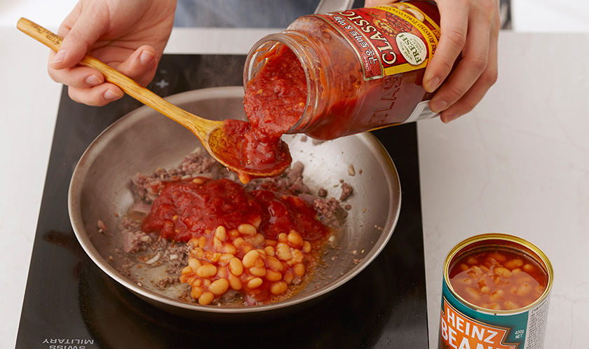 클래시코 구운 토마토와 마늘소스, 베이크드빈스를 넣고 살짝 끓인 후 카옌페퍼, 커민가루, 소금, 후춧가루를 넣고 걸쭉하게 볶는다.