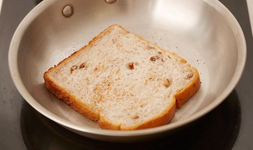 마른 팬에 호밀식빵을 가볍게 굽는다.