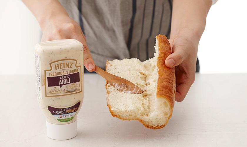 햄버거빵의 단면에 아이올리를 펴 바른다.