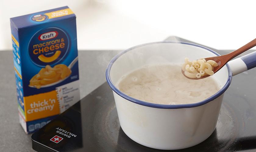 마카로니는 소금을 넣은 끓는 물에 9분간 삶는다.