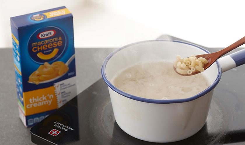 마카로니는 소금을 넣은 끓는 물에 6분간 삶는다.