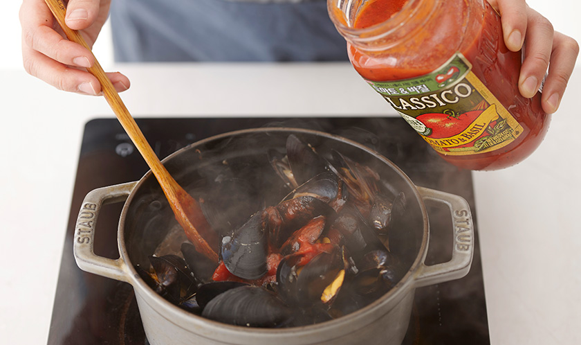 클래시코 토마토 & 바질을 넣고, 타임, 월계수, 채썬 바질을 넣어 끓이다 소금, 설탕, 후춧가루를 넣는다.
