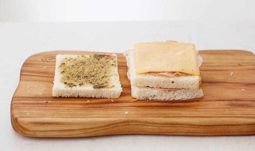 딸기잼 바른 식빵 위에 슬라이스햄, 치즈, 딸기잼 바른 식빵, 슬라이스햄, 치즈, 페스토 바른 식빵 순으로 쌓는다.
