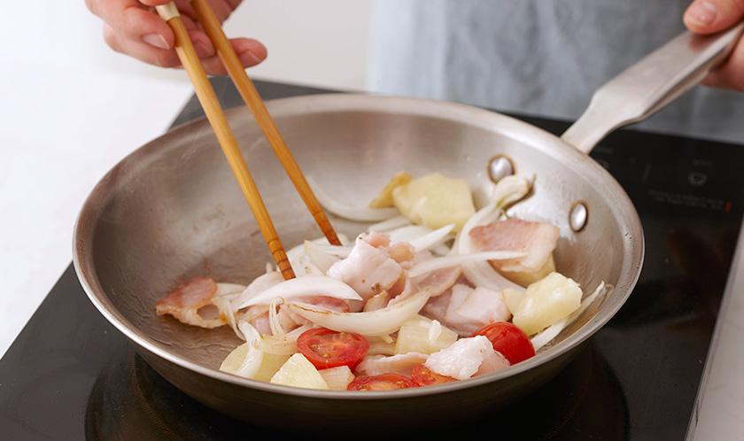 달군 팬에 양파, 마늘, 베이컨을 넣고 중불에서 볶다 파인애플과 방울토마토를 넣어 살짝 볶는다.