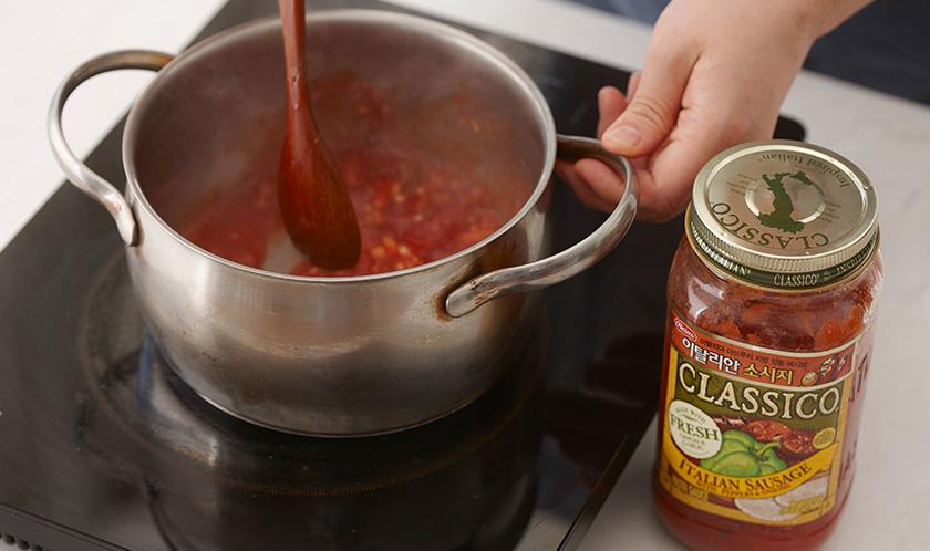 식용유를 두른 냄비에 다진 마늘을 볶다, 이탈리안 소시지를 넣어 끓인다.