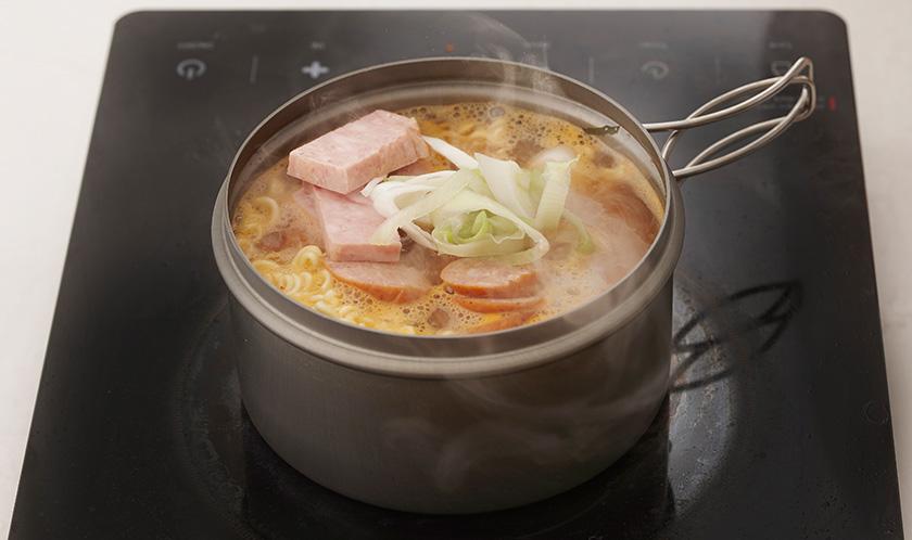 후랑크소시지, 스팸, 떡국떡, 대파를 넣고 한소끔 끓인다.