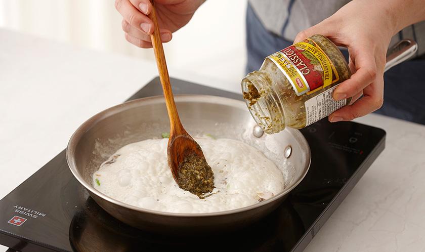 생크림을 넣고 한소끔 끓인 후, 바질 페스토를 넣는다.
