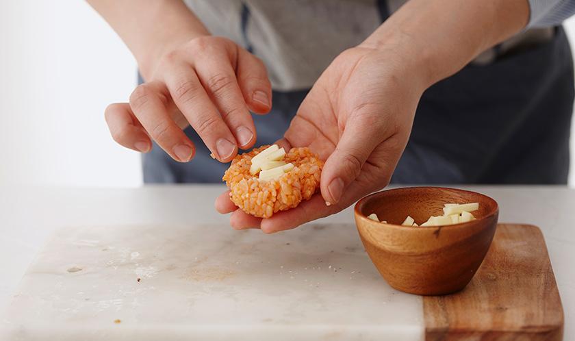 2가 식으면 모차렐라 치즈를 밥 안에 넣어 동그란 모양으로 빚는다.