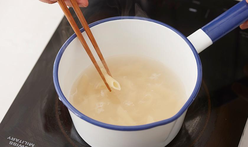 소금을 넣은 끓는 물에 팬네를 6분간 삶는다.