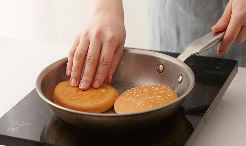 마른 팬에 햄버거빵의 안쪽을 살짝 굽는다.