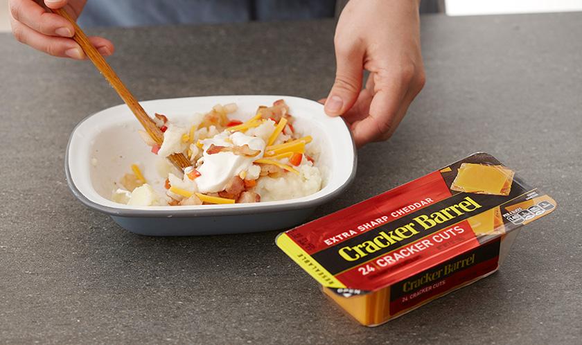 볼에 삶은 감자, 스프, 사워크림, 채 썬 체다치즈 2장분, 3을 넣어 골고루 섞는다.