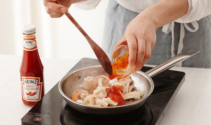 새우와 오징어를 넣고 센 불에서 살짝 볶다, 칠리소스를 넣는다.