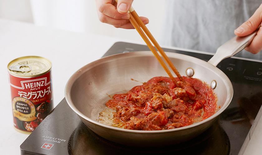올리브오일을 두른 달군 팬에 다진 마늘과 양파를 넣어 볶다, 소고기를 넣고 볶아 익으면 홀 필드 토마토와 데미그라스 소스를 넣고 끓인다.