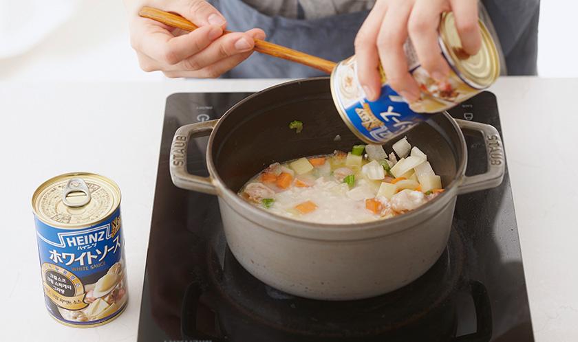 화이트 소스, 우유, 물을 넣고 끓인다.