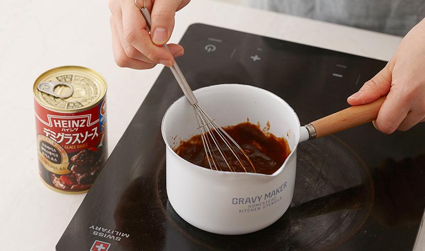 소스팬에 버터를 녹이고 나머지 양파를 갈색이 나도록 볶은 후 분량의 소스 재료를 넣어 걸쭉하게 끓인다.