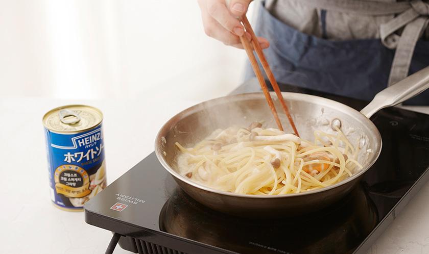 새우가 익으면 스파게티와 버섯을 넣어 볶는다.