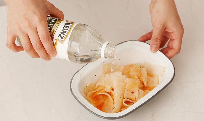 3에 식초와 물을 넣고 가볍게 섞은 후 냉장고에서 하루이상 두었다가 먹는다.