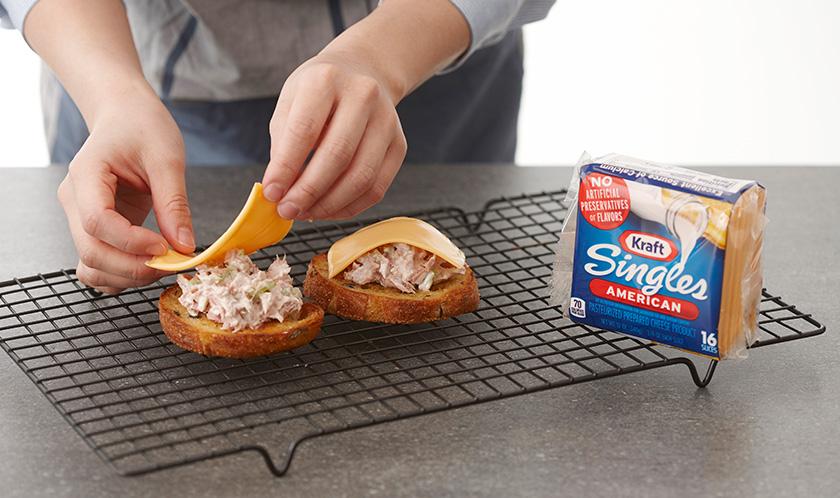 바게트 위에 2를 올리고 치즈로 덮는다.