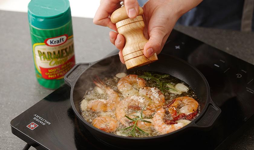 파마산 치즈와 소금, 후춧가루를를 뿌려낸다.