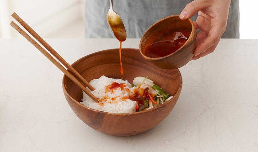쌀국수, 새우, 양파, 오이, 파프리카, 청피망, 청양고추를 넣고 소스로 버무린다.<br>