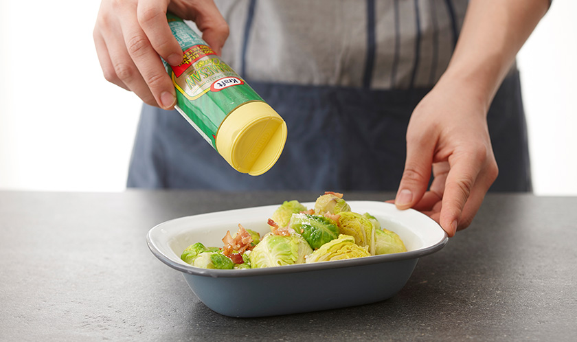 오븐용기에 3을 담고 후춧가루와 파마산 치즈를 듬뿍 뿌려 200℃로 예열한 오븐에서 5분간 굽는다.