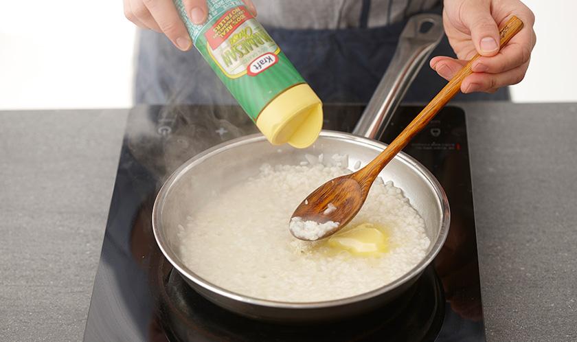 쌀이 부드럽게 익으면 나머지 버터와 파마산 치즈를 넣은 후 소금으로 간을 하고 올리브오일 1큰술과 후춧가루를 뿌려낸다.
