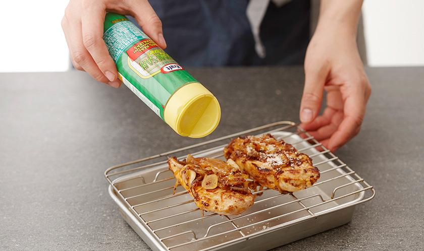 닭가슴살 위에 3을 바르고 170℃로 예열한 오븐에서 20분간 구운 후 파마산 치즈를 듬뿍 뿌려낸다.