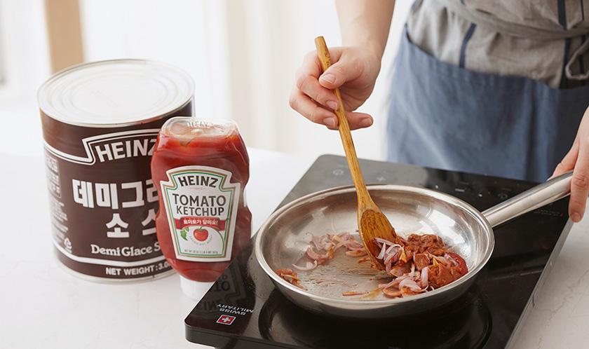 식용유를 두른 팬에 양파채를 볶다, 분량의 소스 재료를 넣어 한소끔 끓인다.