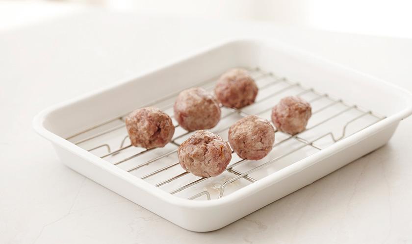 팬에 구운 미트볼을 180℃로 예열한 오븐에 10분, 200℃의 오븐에서 5분간 굽는다.