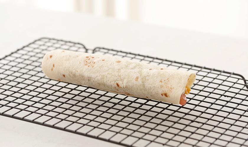 전자레인즈로 30초간 가열하거나, 180℃로 예열한 오븐에서 5분간 구워 치즈를 녹인다.