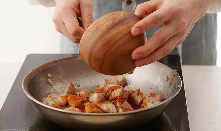 3의 팬을 센 불로 달궈 1의 돼지고기를 넣고 살짝만 볶은 후 분량의 소스 재료를 넣어 중불에서 조린다.