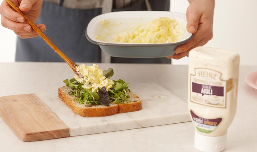 호밀식빵 사이에 어린잎채소와 2를 넣고 이등분한다.