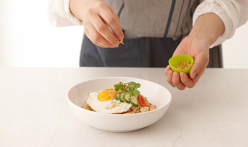 달걀프라이를 하여 4위에 올리고 오이, 고수, 새우가루를 뿌려낸다.