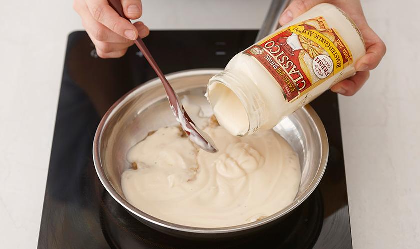 버터를 녹인 팬에 양파, 양송이버섯을 넣고 볶다 물, 로스티드 갈릭 알프레도, 쪽파, 타임가루를 넣고 끓인다.