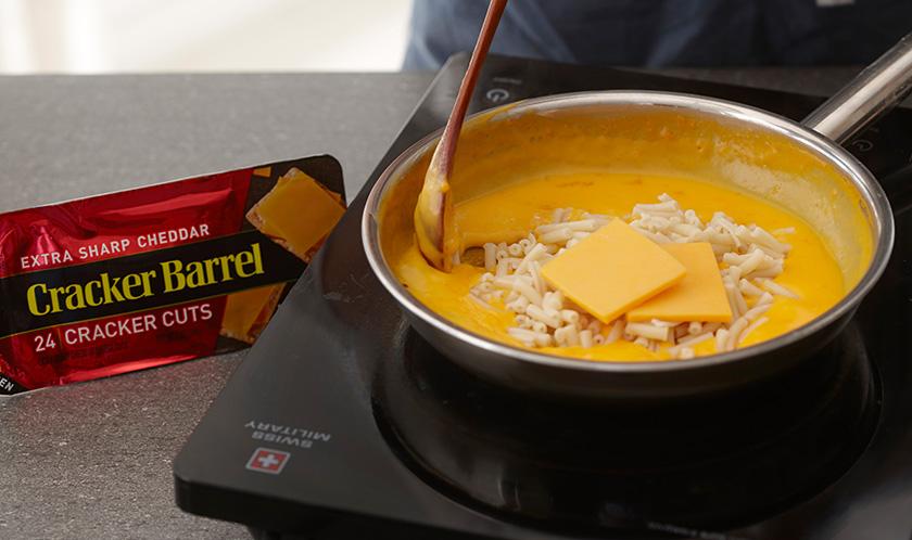버터를 녹인 팬에 패키지 치즈소스의 1/3양, 우유, 마카로니, 체다치즈를 넣어 끓인다.