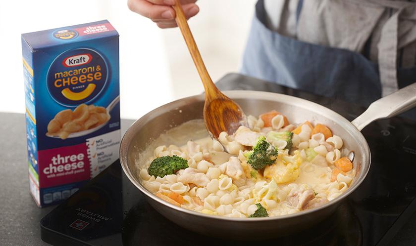 마카로니, 우유, 패키지 치즈소스의 1/2양을 넣어 걸쭉하게 조린 후 다진 이탈리안파슬리와 후춧가루를 뿌린다.