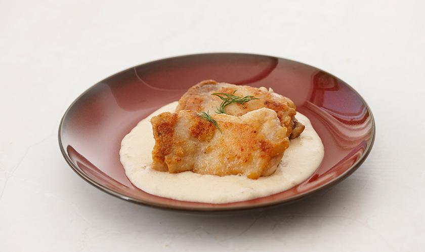 버터를 넣어 녹이고 소금, 후춧가루로 간을 한 후 구운 닭다리살을 얹는다.