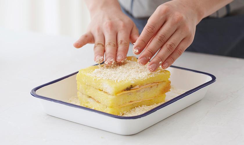 달걀물, 빵가루 순서로 옷을 입힌다.